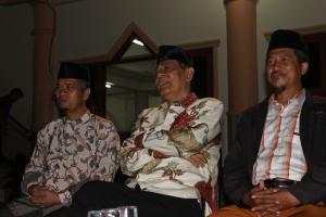 Bp.H.Sudarto menyaksikan atraksi silat dengan Ketua DPW LDII SulTeng